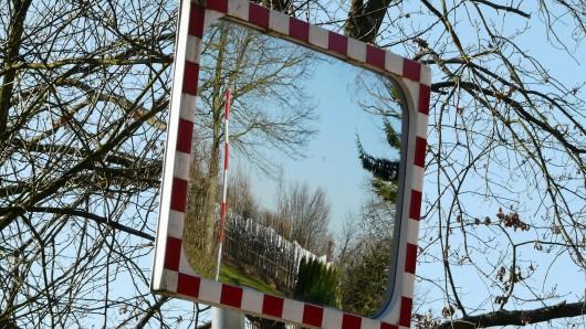 Ohne sich um den Schaden am Spiegel zu kümmern, fuhr der Verkaufswagen davon (Symbolbild).