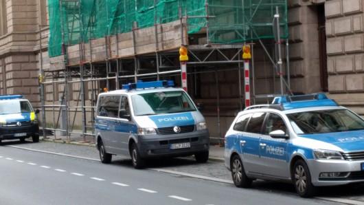 Vor dem Landgericht Braunschweig in der Münzstraße  stehen mehrere Polizeifahrzeuge - die Sicherheitsvorkehrungen vor dem IS-Terror-Prozess sind sichtbar erhöht.