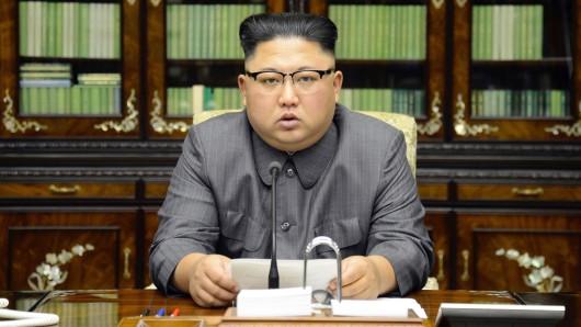 Die von der von der nordkoreanischen Regierung zur Verfügung gestellte Aufnahme zeigt den nordkoreanische Machthaber Kim Jong Un am 21. September in Pjöngjang, Nordkorea, während er eine Erklärung als Antwort an US-Präsident Trump nach dessen Drohungen gegen Pjöngjang verliest.
