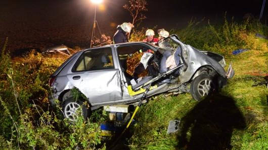 Ein Pkw ist nach einem Unfall auf der B1 bei Destedt komplett zerstört. Der Fahrer wurde lebensgefährlich verletzt.