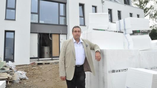 Jens Segler auf der Baustelle Am Exer vor einem der Wohnheime, die im Dezember bezugsfertig sind.