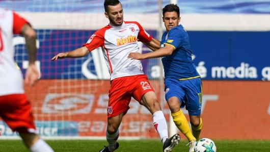 Sargis Adamyan von Regensburg (l) und Mirko Boland von Braunschweig kämpfen um den Ball.