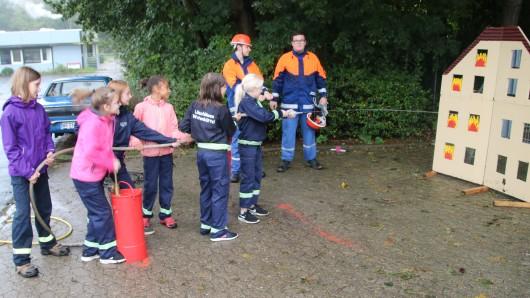 Teamgeist, Geschick und Logik waren bei den Spielen ohne Grenzen der Kinderfeuerwehr Braunschweig gefragt. Am Sonntag trafen sich rund 130 Kinder bei der Ortsfeuerwehr Stöckheim zu verschiedenen Wettbewerben.