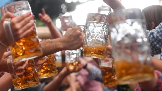 Ist oft zu wenig Bier im Maßkrug? Der Verein gegen betrügerisches Einschenken kritisiert die Schankmoral beim Oktoberfest (Symbolbild).