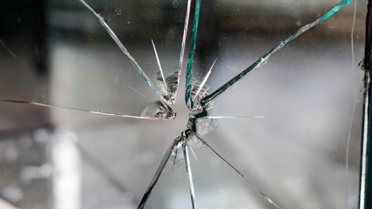Die Täter zerstörten eine Scheibe und klauten Zigaretten (Symbolbild).
