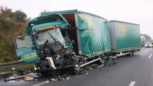 Die zerstörte Fahrerkabine des Lkw.