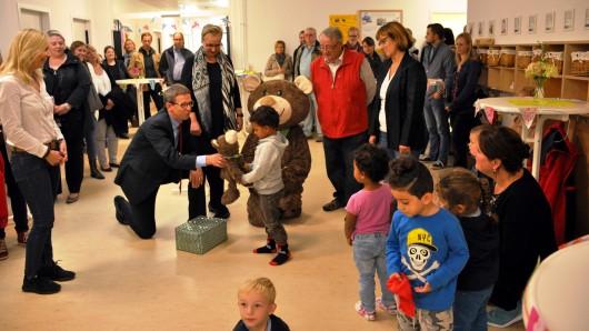 Wolfsburgs Oberbürgermeister Klaus Mohrs bei der Eröffnung Kita in der City.
