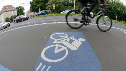 Der Autofahrer hatte das Fahrrad auf der Kreuzung übersehen (Symbolbild).