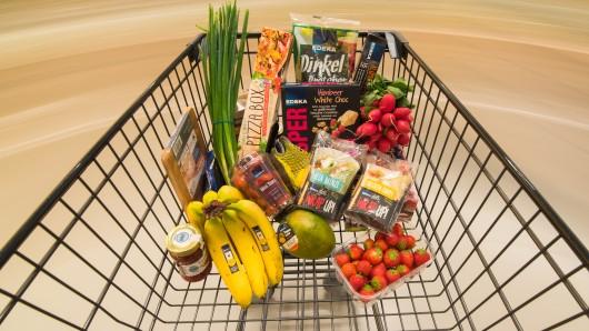 Ein Einkaufswagen voll mit Lebensmitteln. Ein Erpresser droht mit der bundesweiten Vergiftung von Waren (Symolbild).