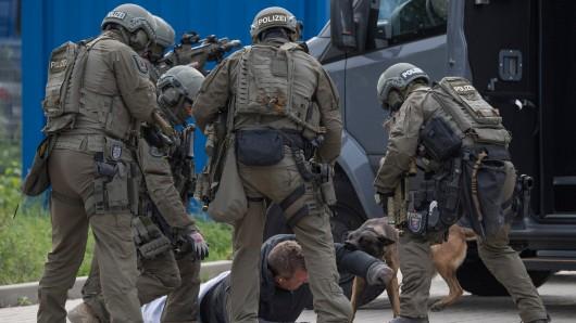 Mit der Festnahme von insgesamt sechs Männern hat die Polizei wohl einen Raubüberfall auf einen Juwelier verhindert - und damit die Finanzierung eines groß angelegten Waffenkaufs (Symbolfoto).