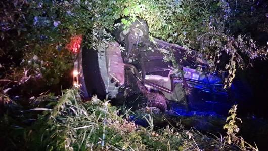 Weil er auf der gesperrten Kreisstraße bei Regen zu schnell unterwegs war, kam der Fahrer dieses Wagens von der Fahrbahn ab und überschlug sich.