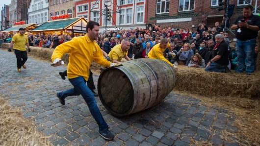 Zehn Teams machten beim Fassrollen durch die Altstadt teil.