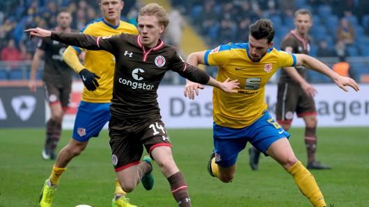 Szene aus dem Februar: Quirin Moll im Zweikampf mit dem St. Pauli-Spieler Mats Möller Daehli.