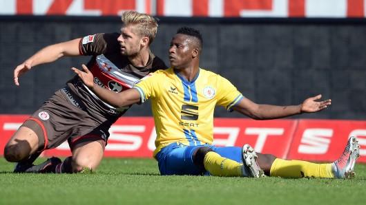 Suleiman Abdullahi versteht die Welt nicht mehr: 0:2 gegen den FC St. Pauli.