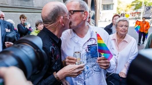 Reinhard Lüschow (r) und Heinz-Friedrich Harre küssen sich nach ihrer Eheschließung am Sonntag in Hannover: Auch sie gehören zu den bundesweiten Pionieren der eingetragenen Lebensgemeinschaft.