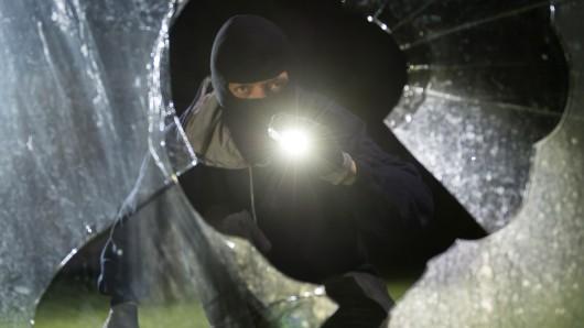 Ziemlichen Krach hat ein Einbrecher in Helmstedt gemacht - obwohl er damit einen Nachbarn geweckt hat, konnte er seine Tat ungestört vollenden (Symbolbild).