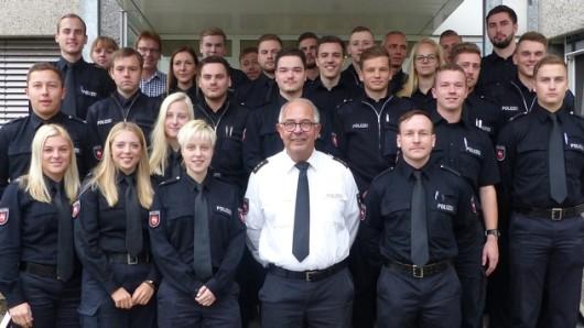 Inspektionsleiter Olaf Gösmann (vorne, Mitte) inmitten der neuen Beamten der Inspektion Wolfsburg-Helmstedt.