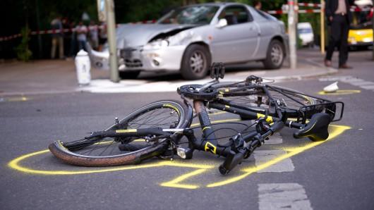 Später stellte sich heraus, dass das Schlüsselbein des Radfahrers gebrochen war (Symbolbild).