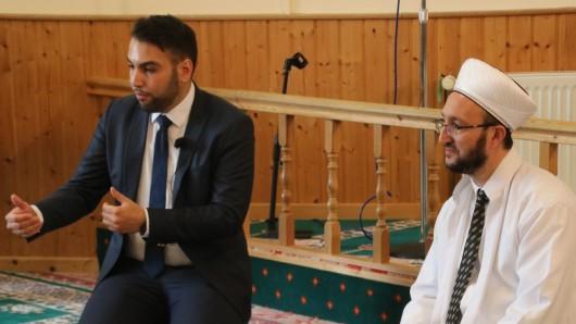 Mustafa User (l.) und Imam Mehmet Simsek beantworten am Tag der offenen Moschee Fragen rund um den Islam.