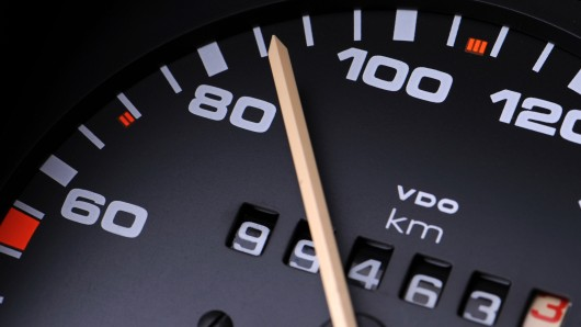 Die Beamten gehen davon aus, dass sich der Fahrer nicht an die Geschwindigkeitsbegrenzung gehalten hatte. (Symbolbild)