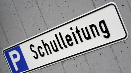 Ein Parkplatz für die Schulleitung reserviert. In Niedersachsen bleiben diese Plätze oft leer (Symbolbild).