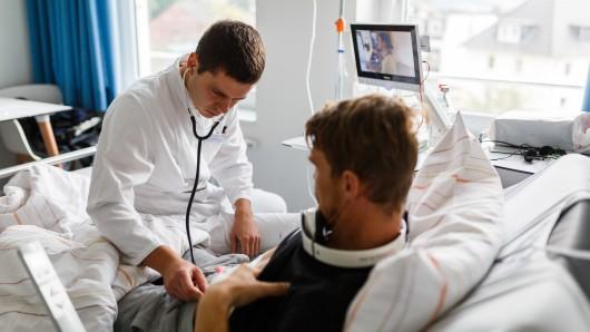 Der junge Arzt Kyril Halavach untersucht in Holzminden einen Patienten.