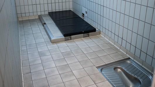 In einer Ausnüchterungszelle durfte ein 40-jähriger Königslutteraner übernachten (Symbolbild).