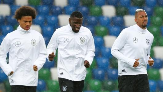 Abschlusstraining der Nationalmannschaft am 4. Oktober im Windsor Park Stadion in Belfast. Leroy Sané (l-r), Antonio Rüdiger, Jérome Boateng und Emre Can beim Aufwärmen.