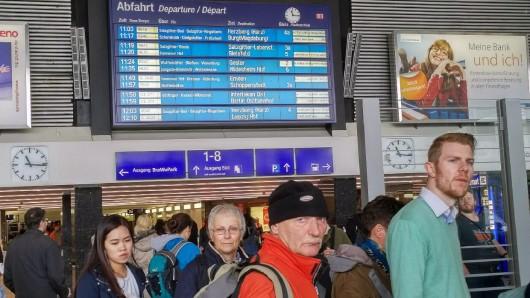 Freitagvormittag: Die ersten Züge fahren wieder am Braunschweiger Hauptbahnhof. Doch von fahrplanmäßigem Verkehr kann noch keine Rede sein - die Schlangen vor dem Informationsschalter der DB sind lang.