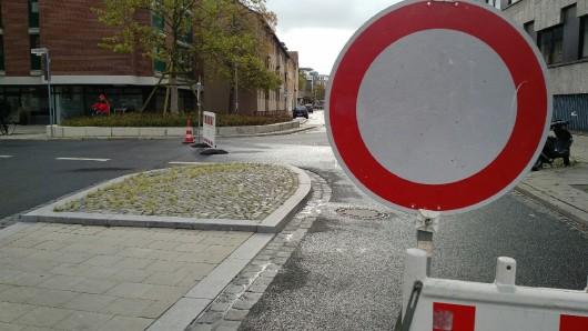 Wegen herabfallender Dachziegel auch am Freitagmittag noch gesperrt: die Gördelinger Straße.