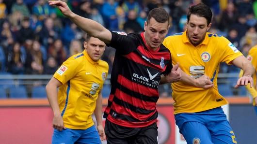 Eintrachts Patrick Schönfeld (r.) im Zweikampf mit Duisburgs Stanislav Iljutcenko in der Saison 2015/16.