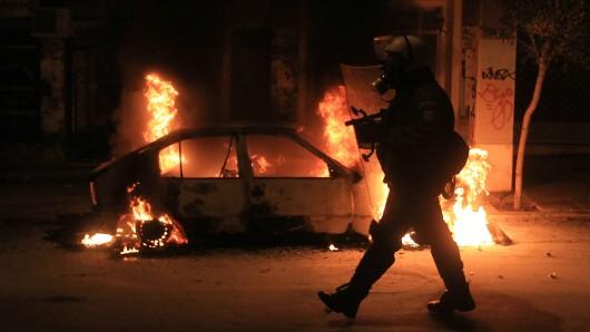 Ein Auto brennt nach Randale im Athener Stadtteil Exarchia (Archivbild).