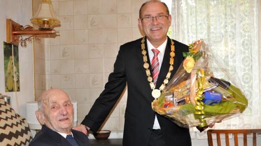 Gustav Gerneth und Bürgermeister Bernd Poloski, hier am 110. Geburtstag des Jubilars vor zwei Jahren.