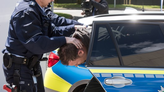 Erst nach erheblichen Widerständen konnte die Polizei einen 18-Jährigen bändigen und festnehmen (Symbolbild).