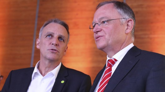 Ministerpräsident Stephan Weil (SPD, r.) will zuerst mit seinem bisherigen Koalitionspartner, den Grünen, reden. Ihr bislang wichtigster Vertreter ist Vize-Regierungschef und Umweltminister Stefan Wenzel.