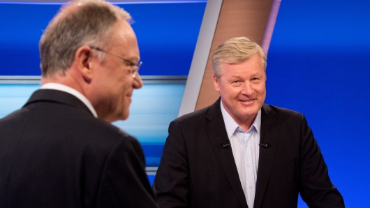 Niedersachsens Ministerpräsident Stephan Weil (SPD, l.) und CDU-Chef Bernd Althusmann habn sich zur Bayern-Wahl geäußert (Archivbild).