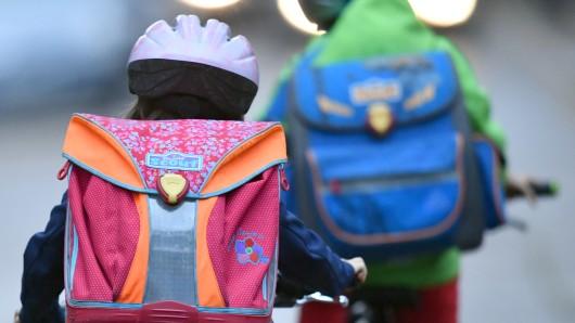 Der sechsjährige Junge war mit seinem Kinderrad auf dem Schulweg, als er von einem E-Bike umgefahren wurde (Symbolbild).