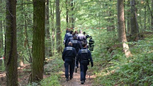 Vergeblich hatte die Polizei nach der vermissten Frau gesucht - dann hat eine Pilzsammlerin die schon teilweise verweste Leiche gefunden. Die Obduktion hat nun die Befürchtungen bestätigt (Symbolbild).