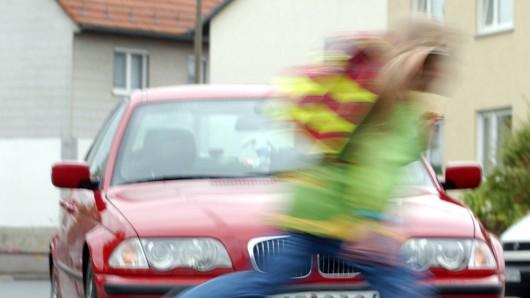 Scheinbar ohne auf den Verkehr zu achten, war das Kind auf die Straße gelaufen. (Symbolbild)