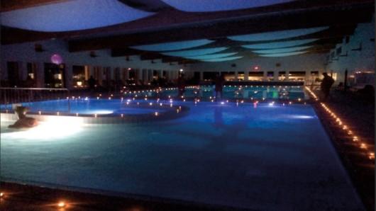 Hunderte Kerzen und gedämpftes Licht sollen beim Candlelight-Schwimmen im Badezentrum Negenborn für romantische Atmosphäre sorgen.