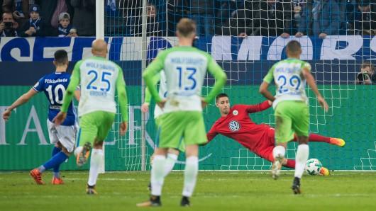 Das 0:1 kurz vor der Halbzeitpause: Nabil Bentaleb überwindet VfL-Schlussmann Koen Casteels.