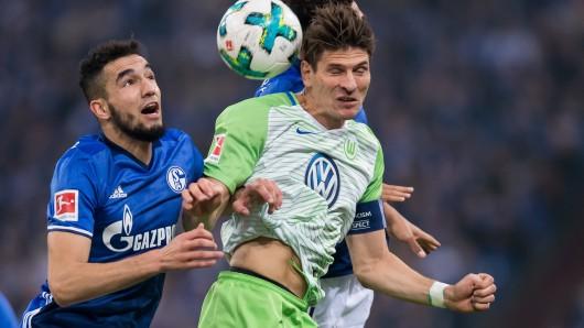 VfL-Kapitän Mario Gomez - hier im Zweikampf mit Nabil Bentaleb - gab mit einem verlängerten Kopfball die Vorlage zum Ausgleich durch Divock Origi in letzter Minute.