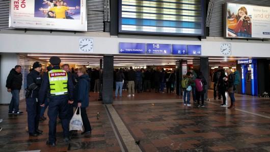 So sah's kurz nach Einstellung des Zugverkehrs am Braunschweiger Hauptbahnhof aus - mit zusätzlichen Mitarbeitern versucht die Bahn, gestrandeten Fahrgästen mit Tipps und Auskünften weiterzuhelfen.