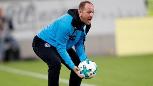 Eintracht-Trainer Torsten Lieberknecht hat zwei Stunden mehr Zeit, seine Mannschaft auf das Auswärtsspiel in Dresden einzuschören (Archivbild).