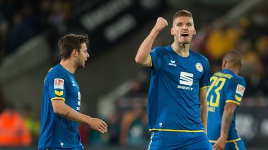 Gustav Valsvik jubelt über seinen Treffer zum 1:1-Ausgleich. Er sicherte der Eintracht wenigstens einen Auswärtspunkt.