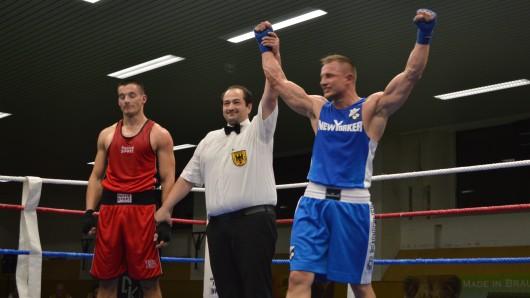 Nach hartem Kampf setzte sich Patryk Sipowicz vom BC 72 Braunschweig (r.) gegen Marcel Drenkwitz vom BC Gifhorn durch - und darf nun zur Deutschen Meisterschaft in der Klasse bis 81 Kilogramm.