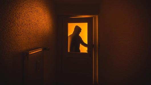 Die drei maskierten Einbrecher kamen durch die Haustür - die Seniorin hat's gehört.