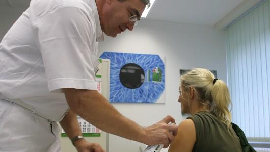 Für die Impfung sind Haus- oder Betriebsärzte zuständig; das Gesundheitsamt bietet aber Impfberatungen an.