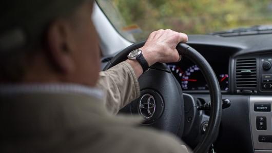 Senioren am Steuer - schon lange wird über die Einführung von Fahrtauglichkeits-Untersuchungen für ältere Fahrer diskutiert.