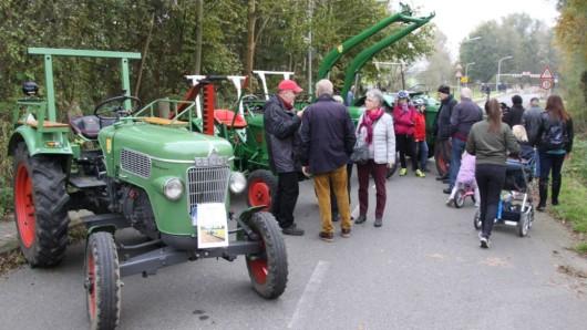 Mit Schleppern, mit Kinderwagen - die Veranstaltung zum Thema neue Brücke wurde zum Bürgerfest.